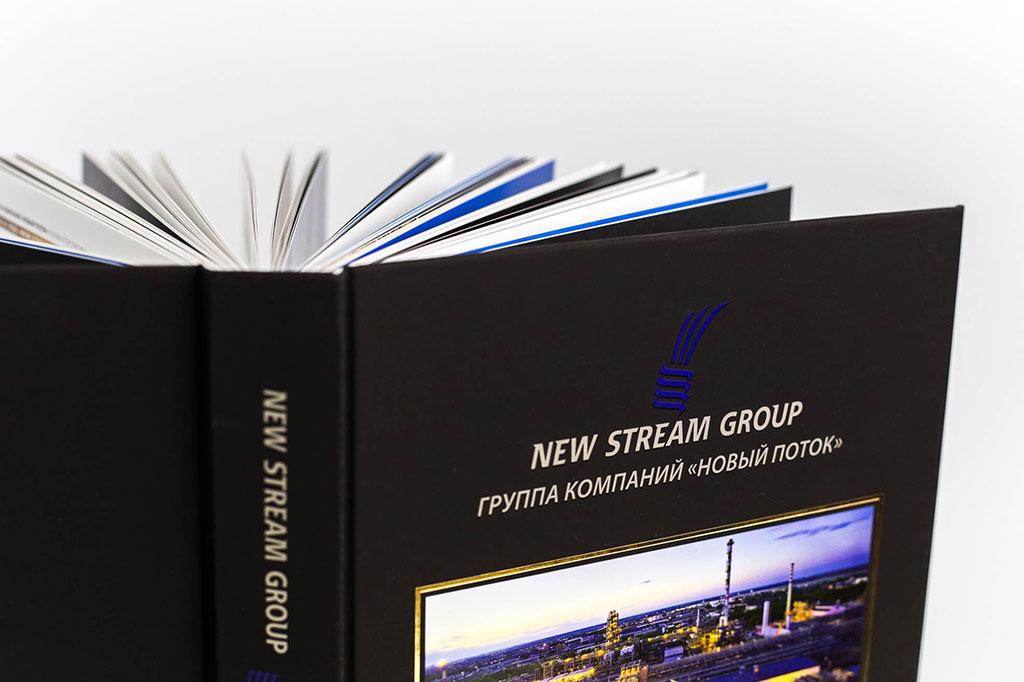 Оформление обложки годового отчета группы Новый поток